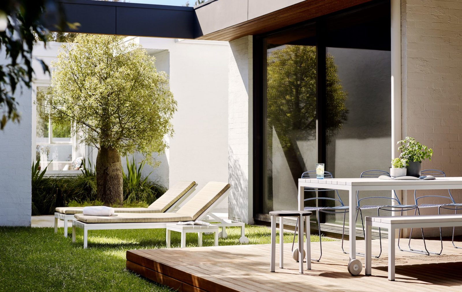 The Linear Sunlounge is a luxury modern outdoor sunlounge. Outwardly unassuming, look closer to see why Linear has become a Tait classic.